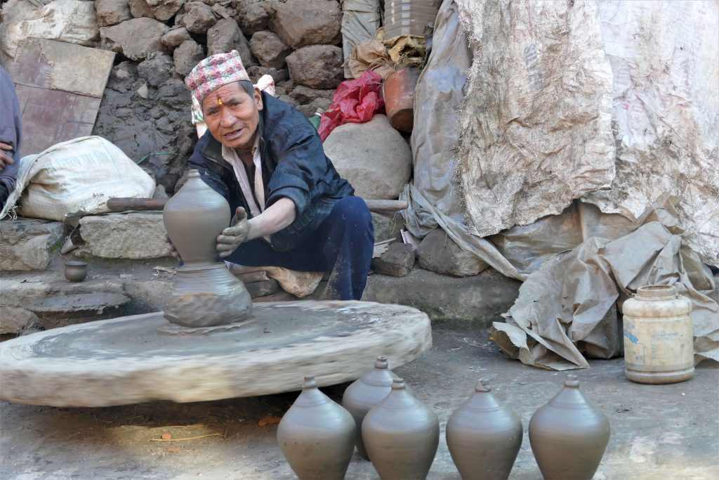 Bhaktapur – Nepalese ambachtman maakt potten op de draaischijf
