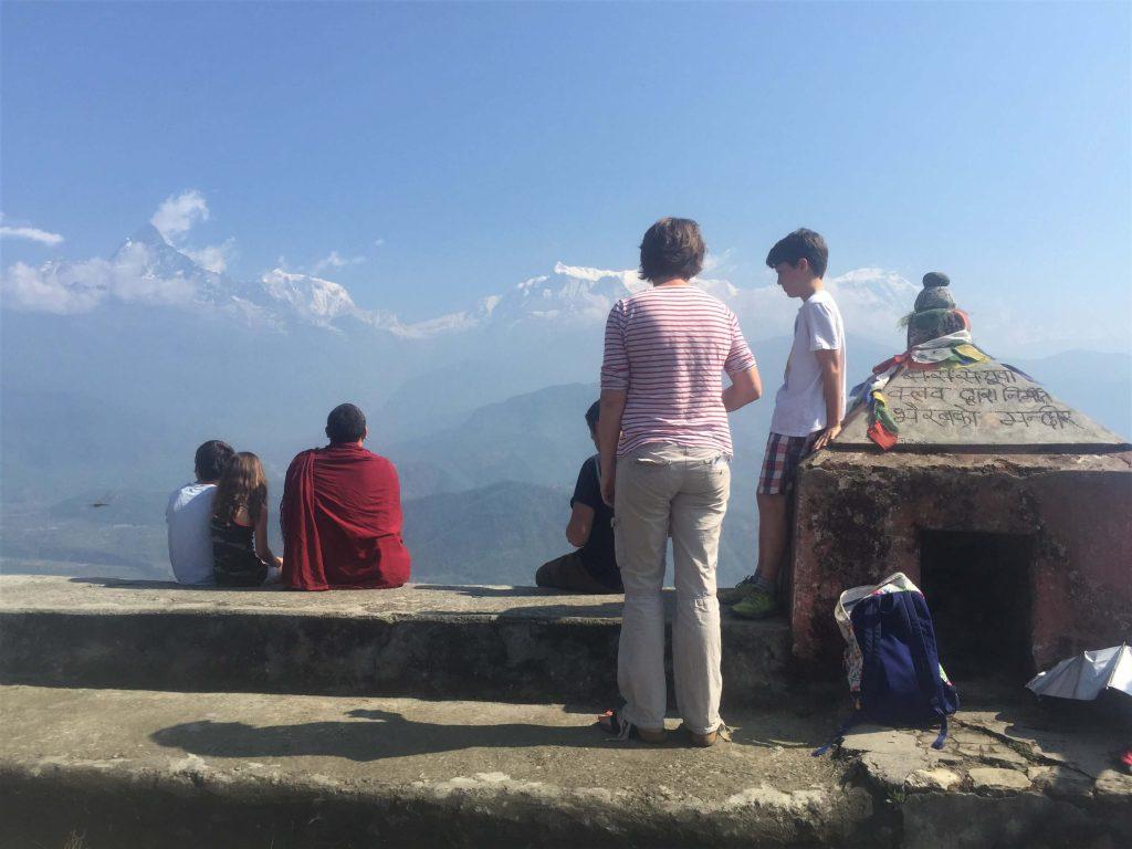 Familiereis Nepal – familie heeft uitzicht op de Himalayas tijdens trekking in de Annapurna