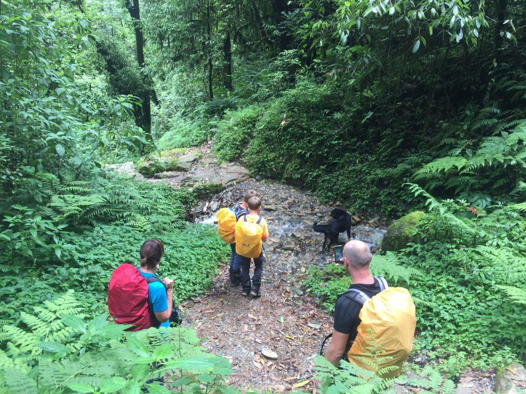 Familiereis Nepal – familie tijdens een trekking in de Annapurna regio