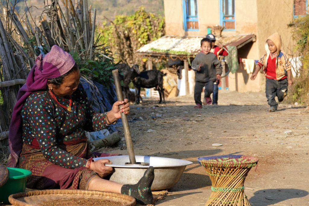 Kathmandu vallei trekking – Nepalese vrouw aan het werk langs de trails