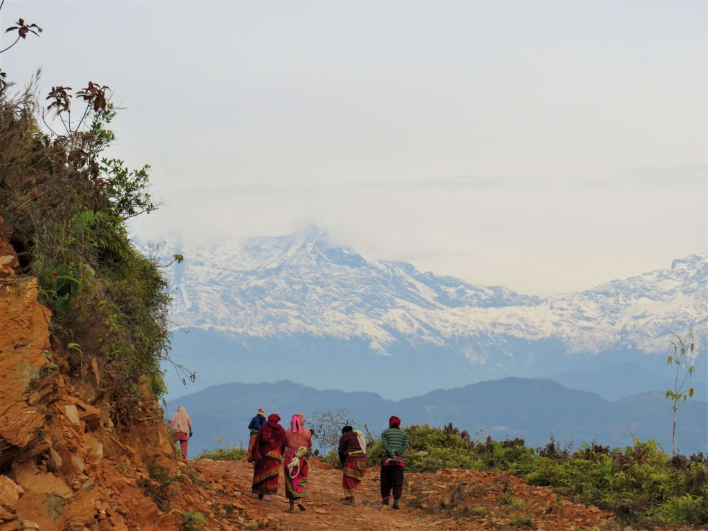 Panchase trekking – lokale Nepalese mensen op de trails met zicht op de Himalayas