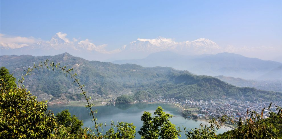 Rondreis in Nepal - Zicht op het Phewa meer en de Himalayas