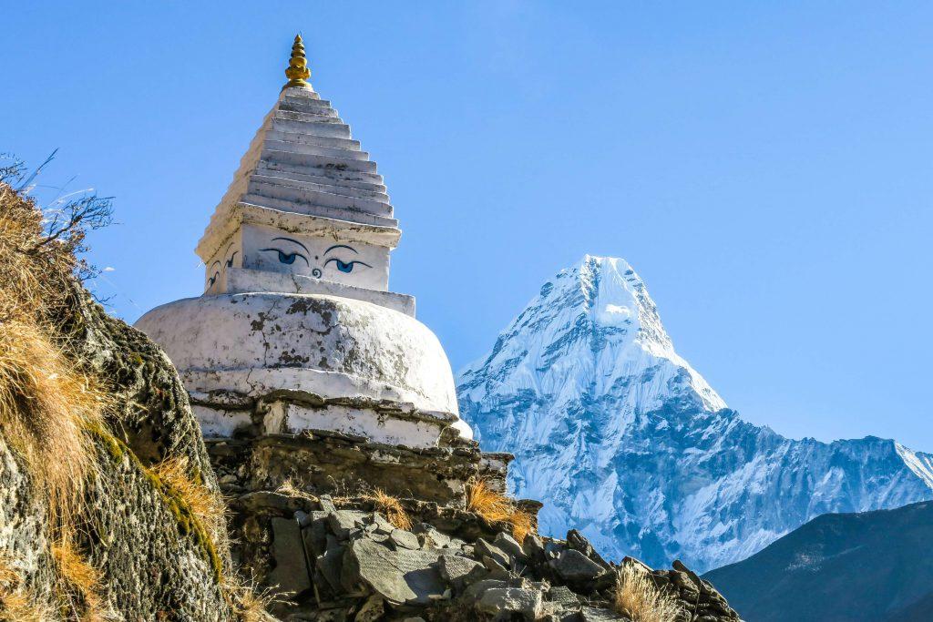 Sherpa Culture trekking – Boeddhistische stoepa met op de achtergrond de Ama Dablam