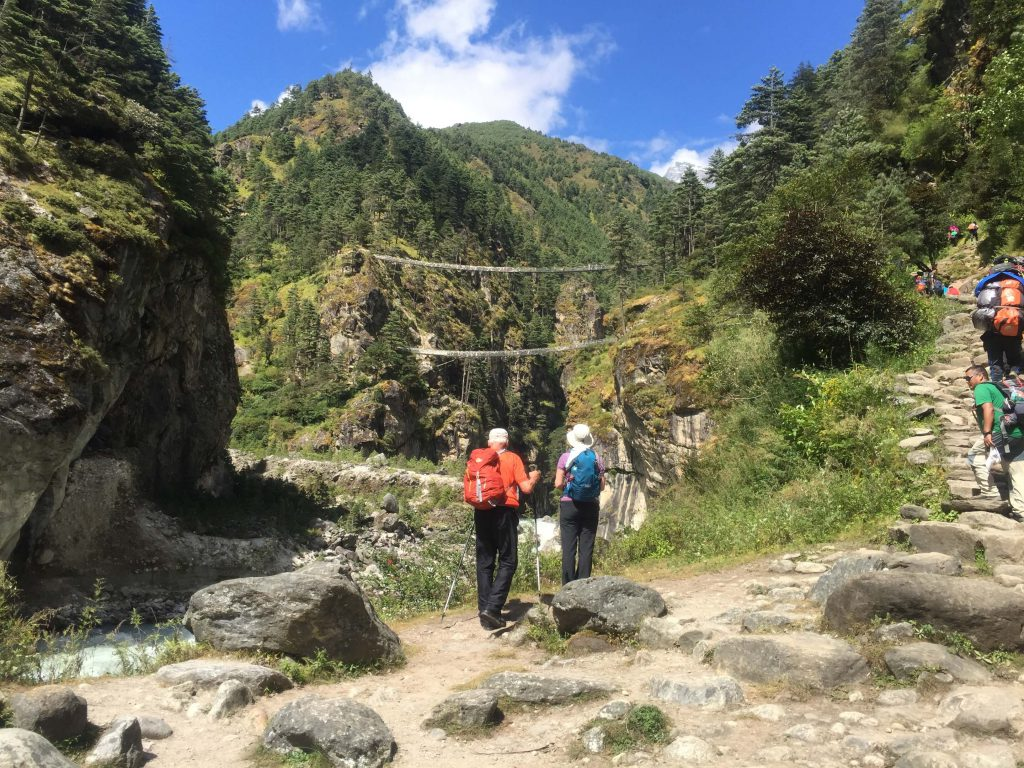 Sherpa Culture trekking – trekkers in het groenere onderste deel van de Everest regio