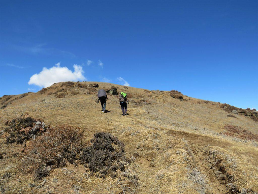 Tamang Heritage trekking – 2 dragers wandelen de bergrug op tijdens de Tamang Heritage trekking