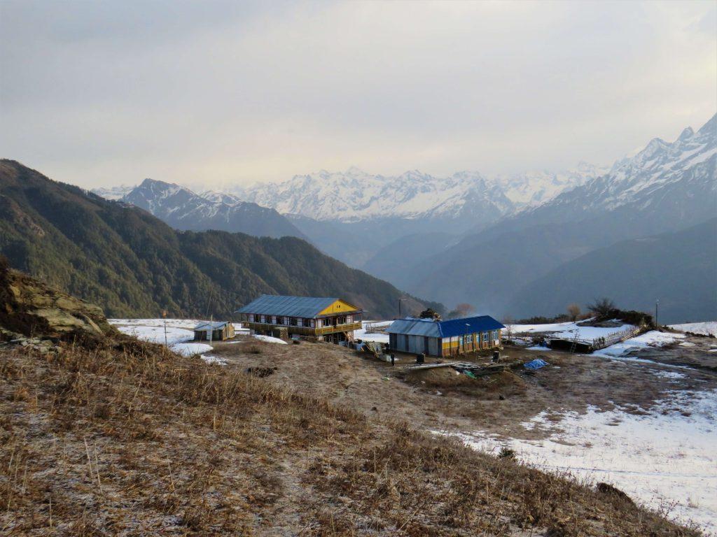 Tamang Heritage trekking – dorp met op de achtergrond de Himalayas