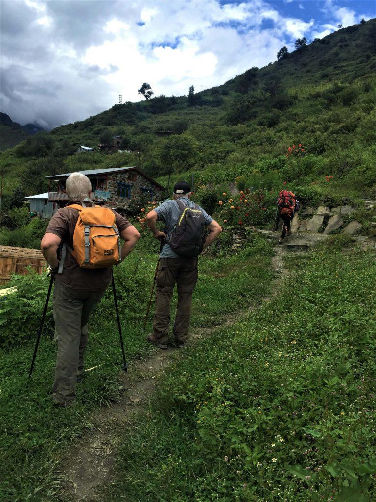 Tamang Heritage trekking – twee trekkers met wandelsticks rusten even tijdens de trekking