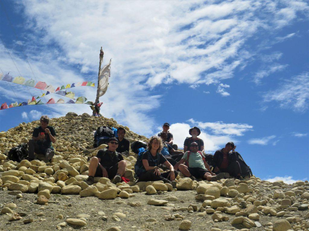 Upper Mustang trekking – groep trekkers rust uit na het bereiken van een bergpas