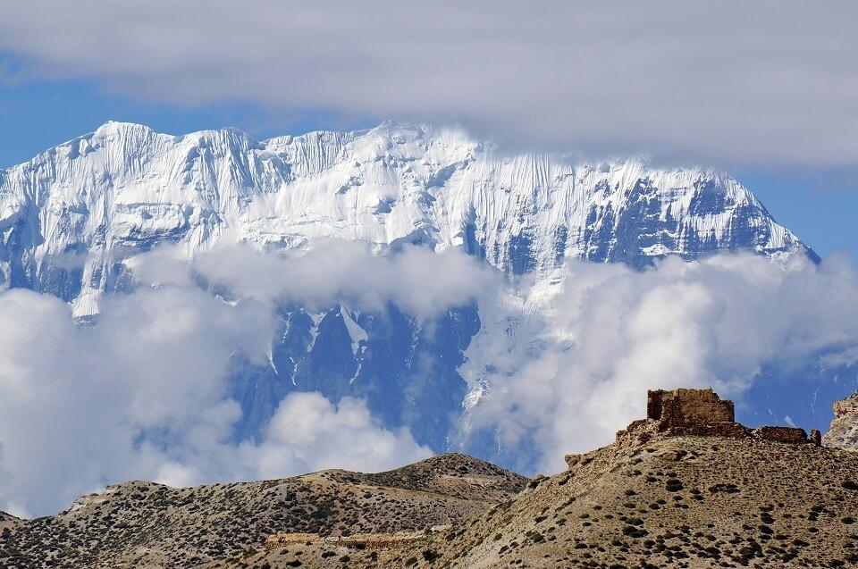 Upper Mustang trekking – zicht op de ijswand van de Nilgiri berg