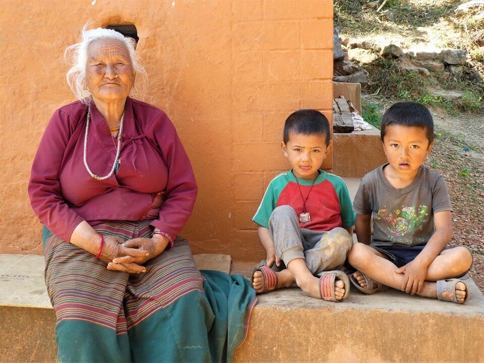 Indigenous people trek – grootmoeder met haar twee kleinkinderen