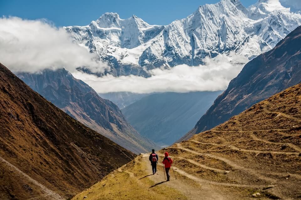 Manaslu met Tsum vallei trek – trekkers wandelen met zicht op de bergen tijdens de Manaslu trekking